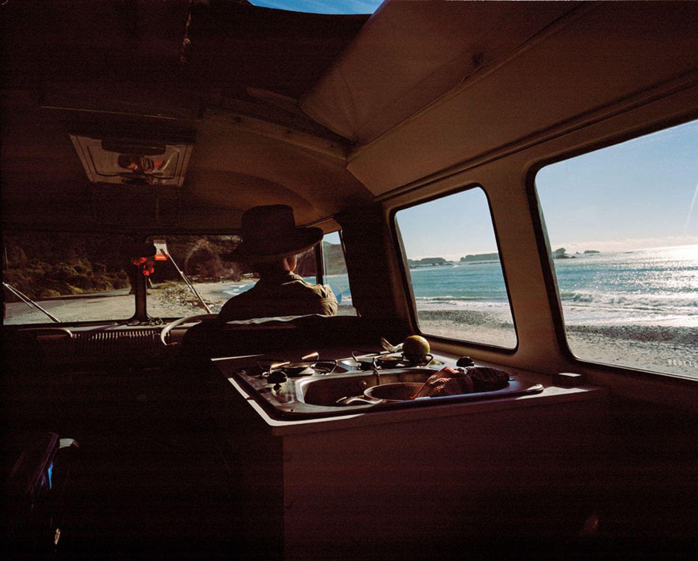Auto mit Aussicht. Vor der Windschutzscheibe liegt Neuseeland
