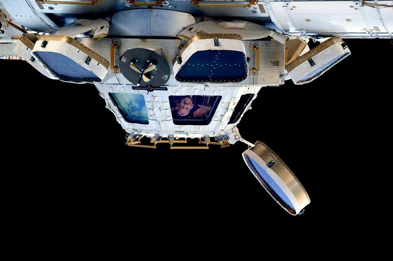 """Das galaktische GEO-Bild: Von Mai bis November 2014 verbrachte Alexander Gerst schon einmal schwerelose Monate auf der Raumstation ISS - im Rahmen der Mission """"Blue Dot"""". Bald wird er wieder den Blick aus dem Cupola-Modul genießen können - der den Astronauten immer wieder »verdrehte« Ansichten der Kontinente und Meere bietet. Immer gleich hingegen: Während der Sonnenauf- und -untergänge fallen einige Minuten lang wärmende Strahlen auf die Kuppel - was Gerst dankbar für eine Lichtdusche nutzte"""