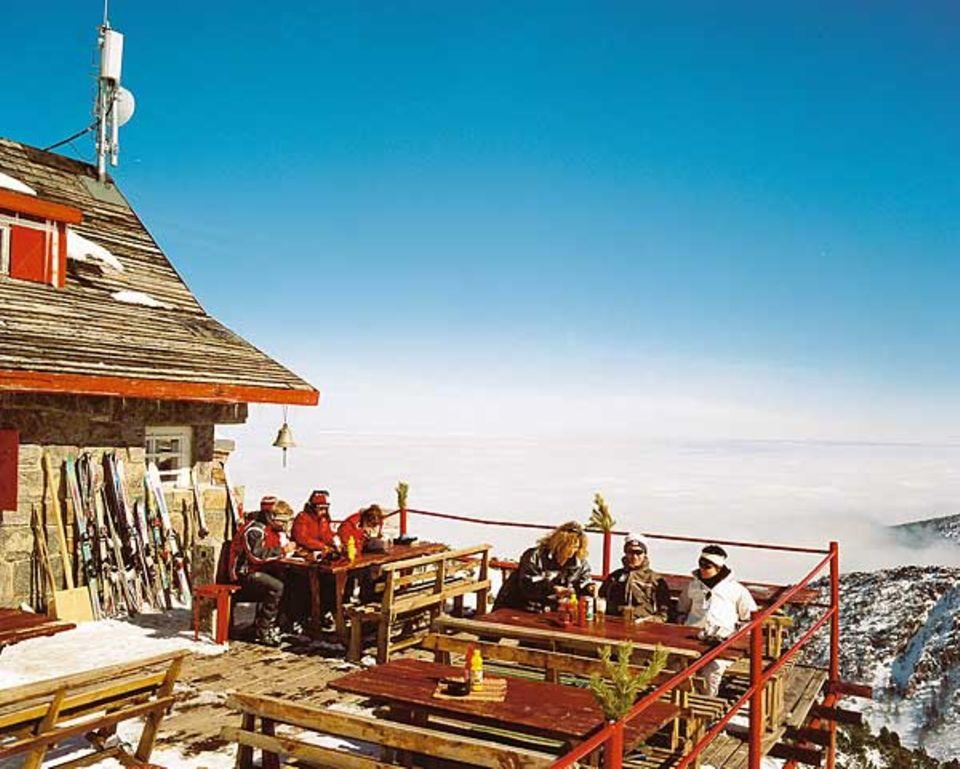 Allerschönste Aussichten: Wintersportler genießen das Panorama von Borovez und den Blick auf deftige bulgarische Speisen