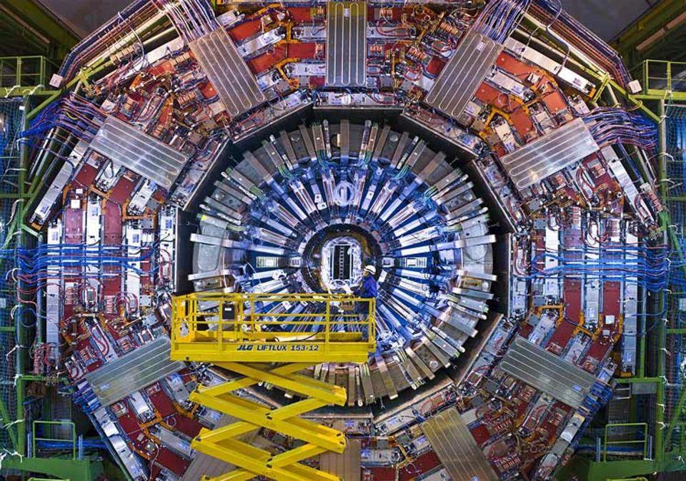 """Wissenschaft: Schwer wie 10 000 Autos: Am """"CMS-Detektor"""", einem von vieren am LHC, haben Forscher mehr als zehn Jahre gearbeitet. Mit der """"Riesenlupe"""" wollen sie Teilchen auf die Spur kommen, die sonst unsichtbar sind"""