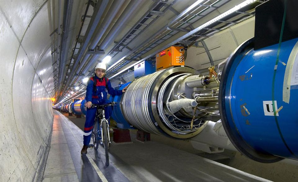 Wissenschaft: Der Teilchenbeschleuniger des CERN liegt rund 100 Meter tief im Erdboden. Fahrstühle führen hinab zu seinen beiden Ringen. Im kleineren werden die Teilchen vorbeschleunigt, ehe sie auf die 27 Kilometer lange Hauptstrecke fliegen. Bei solchen Entfernungen ist es kein Wunder, dass die Forscher mit Fahrrädern unterwegs sind