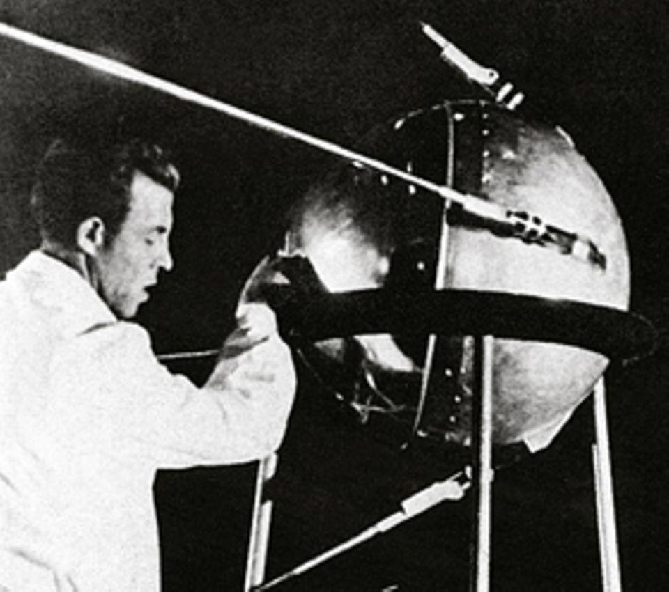 """""""Sputnik 1"""" vor dem Start 1957: Ein sowjetischer Techniker überprüft den ersten menschengemachten Satelliten der Erde"""