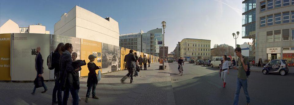 Checkpoint Charlie an der Friedrichstraße: Anfangs nur eine Baracke, an der US-Soldaten beim Übergang nach Ostberlin kontrollierten