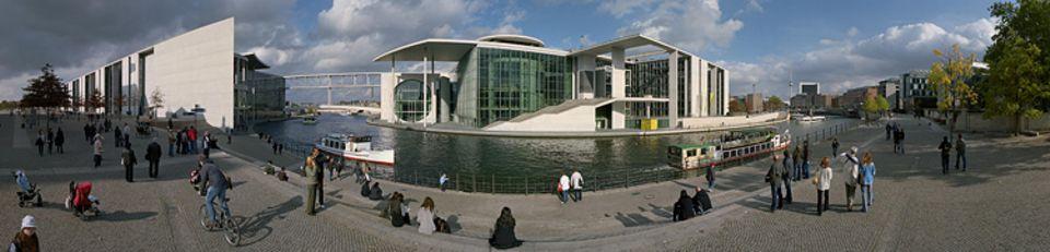 Heute fällt der Blick vom Reichstagsufer auf die Glas- und Betonfassade des Marie-Elisabeth-Lüders-Hauses, des Informationszentrums des Bundestages. Zu Mauerzeiten überragte im Osten ein Wachturm den Spreebogen