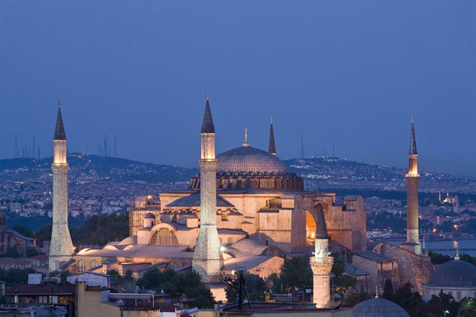 Die Hagia Sophia gehört zu den wichtigsten Sehenswürdigkeiten in Istanbul und steht nur einen kurzen Fußmarsch entfernt vom Armenviertel Kardirga