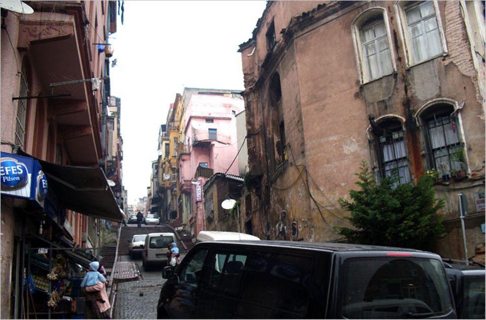 Hinter bunt angestrichenen Fassaden kämpfen die Menschen von Kardiga ums Überleben