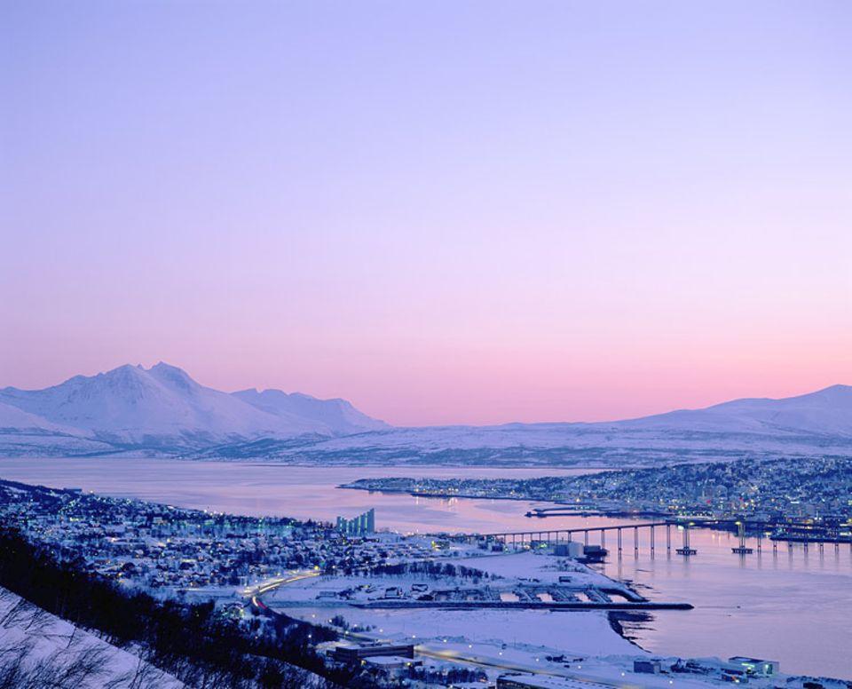 """Tromsø liegt nördlich des Polarkreises. Im Winter wird es hier nie sehr kalt, doch es liegt atemberaubend viel Schnee im """"Paris des Nordens"""""""