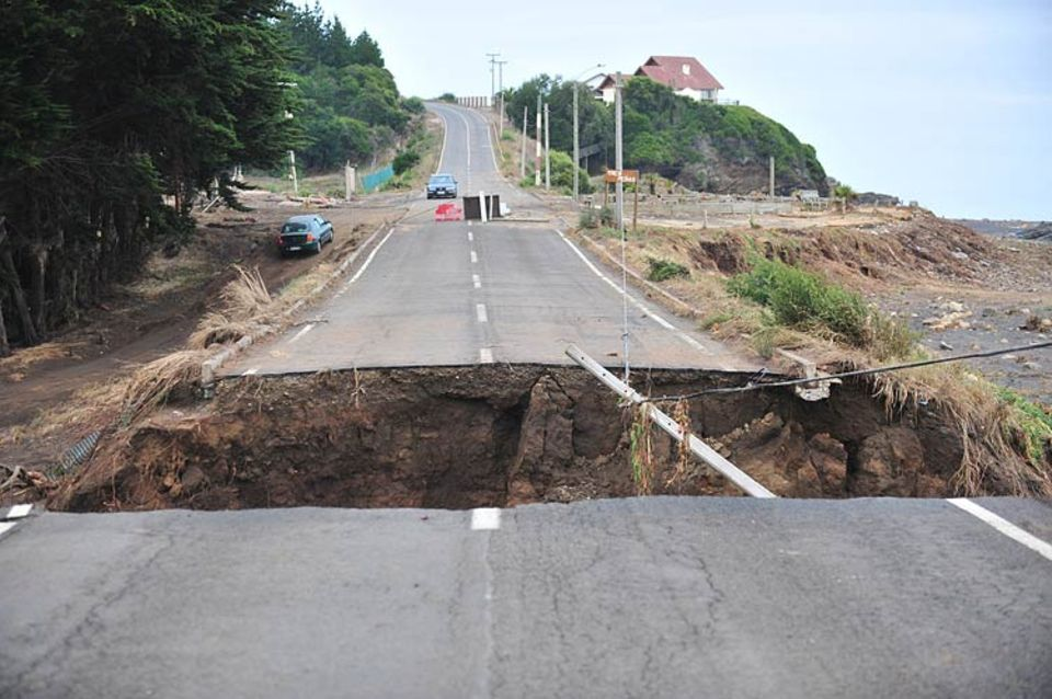 Ein Loch, das das Erdbeben vom 28. Februar 2010 in eine Straße in Pulluhue, 320 Kilometer südlich von Santiago de Chile