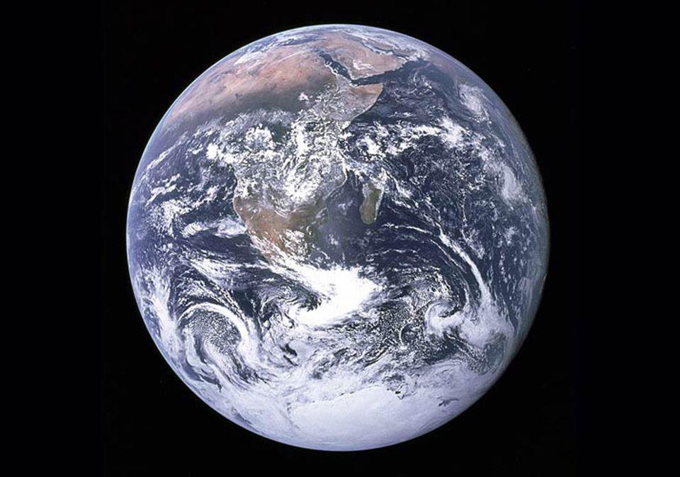 Die Erde, von der Apollo 17 aus gesehen. Schwere Erdbeben können sich auf Erdachsenstellung und Rotationsgeschwindigkeit auswirken
