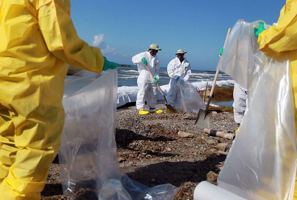 Hilflose Helfer: Bis zu eine Million Tonnen Öl sind bei der Ölkatastrophe im Golf von Mexiko ins Meer geflossen