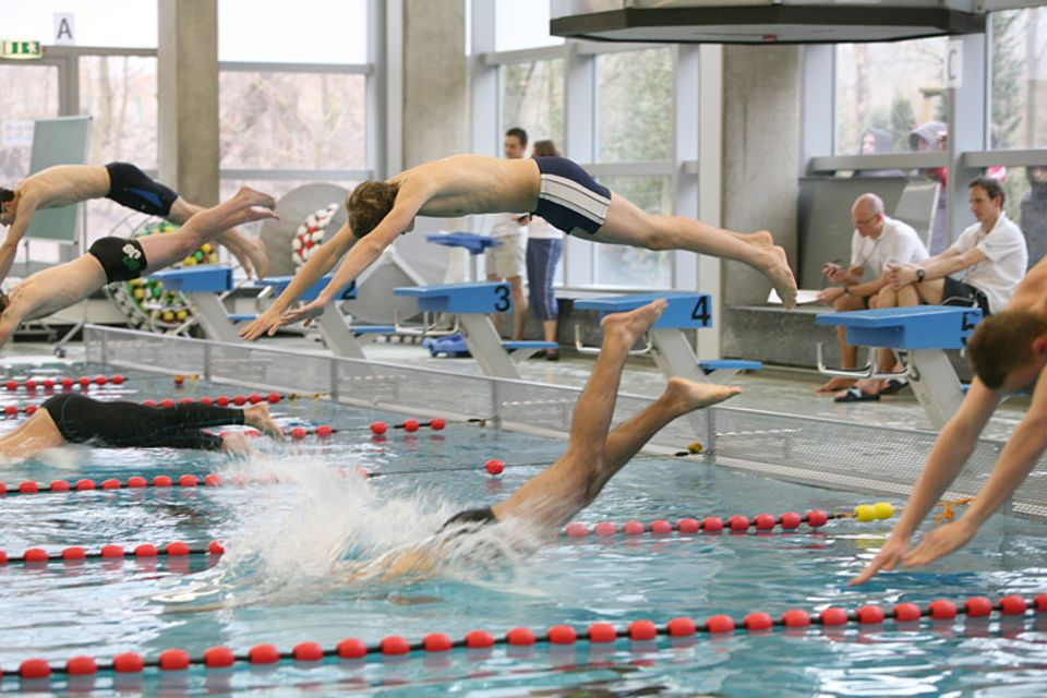 Beruf: Kopf-an-Kopf-Rennen beim 100m-Zeitschwimmen.