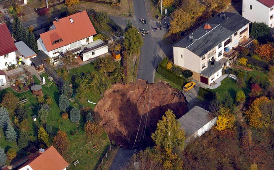 Geologie: Die Luftbildaufnahme vom 01.11.2010 zeigt eines Erdloch in Schmalkalden. Die Größe schätzen Einsatzkräfte auf rund 30 mal 40 Meter. 25 Personen aus 15 Familien mussten aus umliegenden Häusern evakuiert werden.