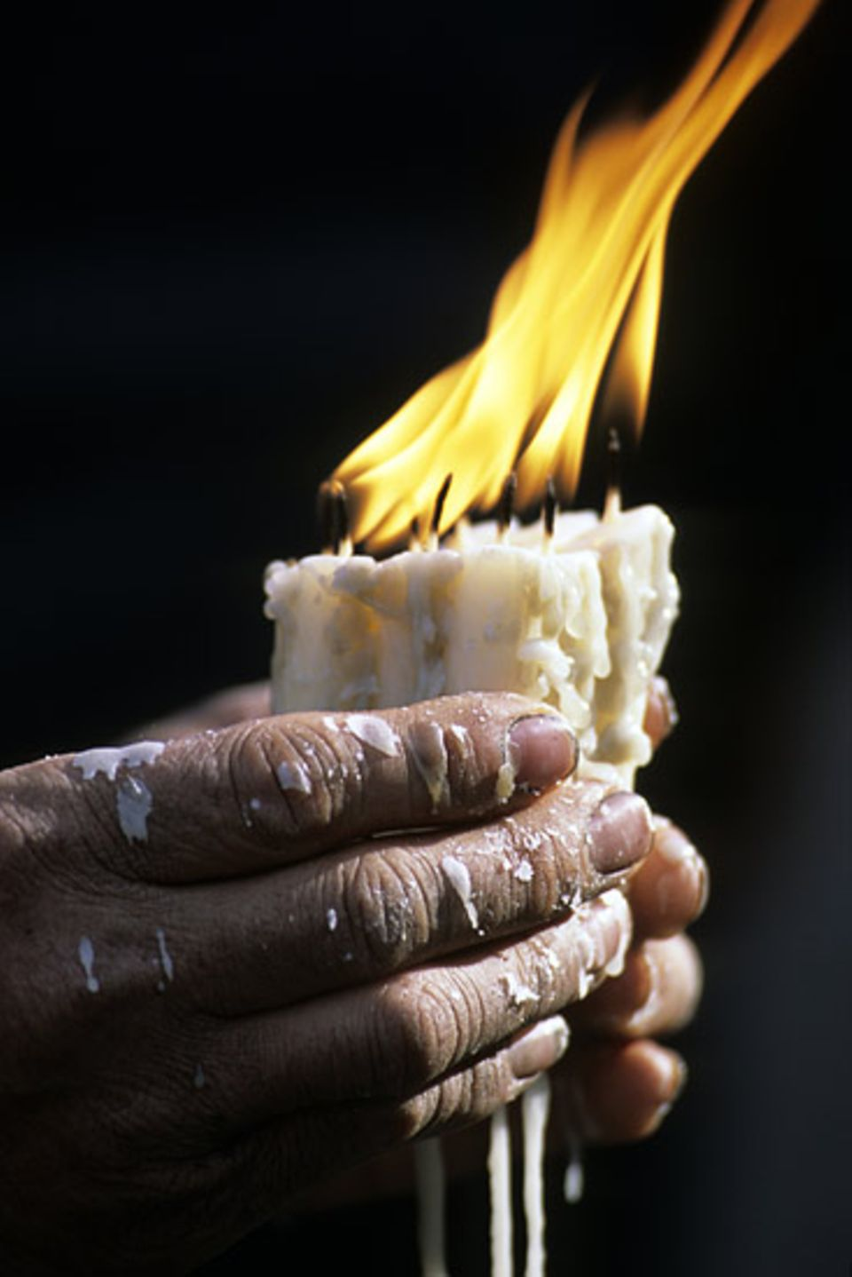 Redewendung: Auf den Nägeln brennen: Auf den Nägeln brennen