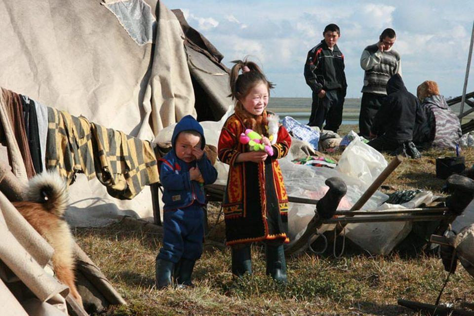 Die fünfjährige Katja wird ihr heimisches Zelt und ihre Eltern für 9 Monate verlassen müssen, wenn sie der Schulhubschrauber abholt