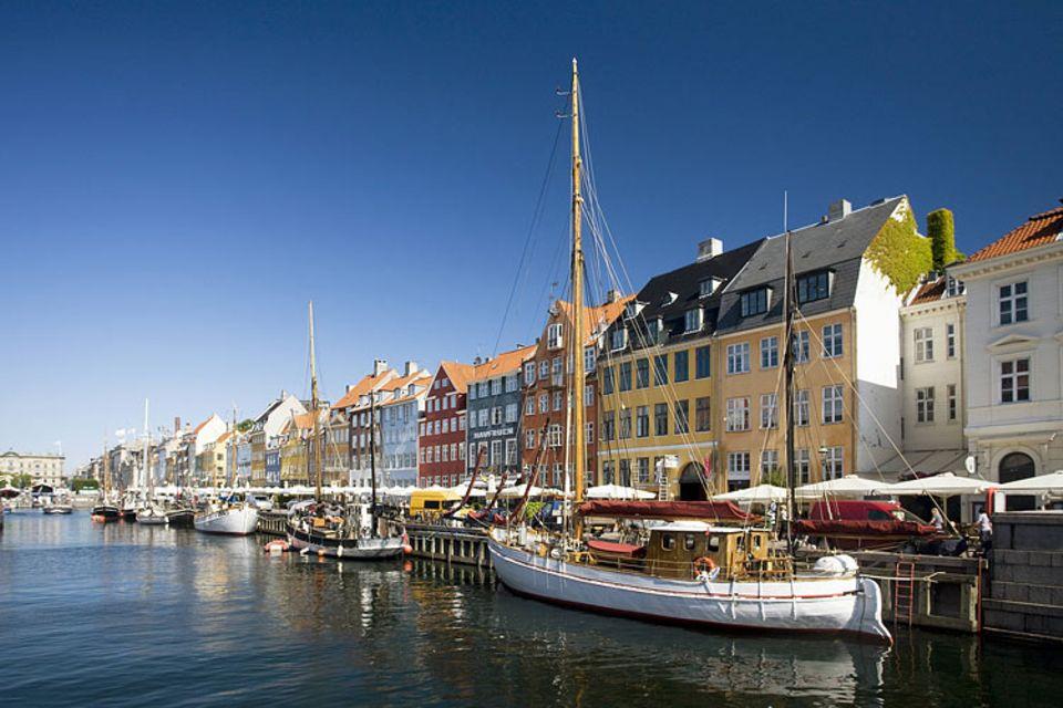 Reise-Experiment: In Nyhavn reiht sich ein Touristencafé an das nächste - aber Insider setzen sich lieber mit einem Bier auf die gegenüberliegende Mauer