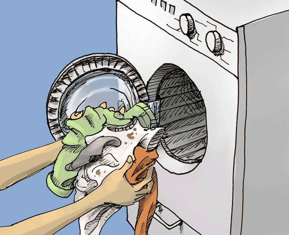 Waschen: Die Maschiene füllen Die Waschtrommel mit verschmutzter Wäsche füllen. Waschmittel braucht diese Maschiene nicht. Dafür aber wiederverwendbare Nylon-Kügelchen. Diese befinden sich schon in der Maschiene