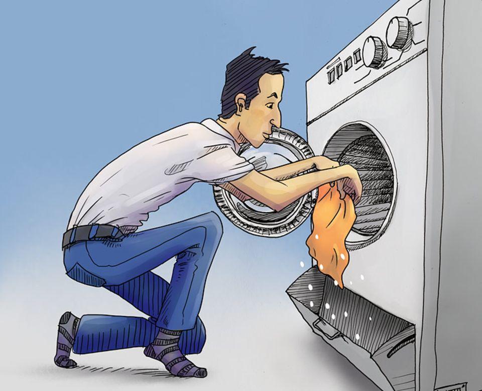 Waschen: Herausnehmen und ausschütteln! Weil die Maschine mit wenig Wasser auskommt, ist die Wäsche fast trocken – dabei sauber und völlig geruchlos. Verstecken sich noch einzelne Nylon-Teilchen in der Wäsche, werden die Klamotten einfach über der Klappe ausgeschüttelt – und wiederverwendet.