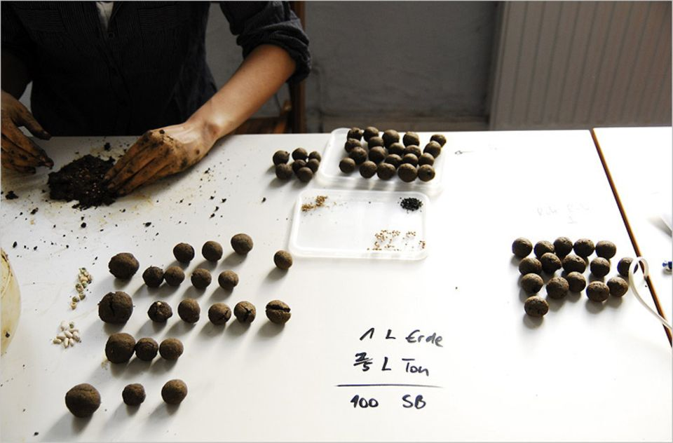 Guerilla Gardening: Bei Greenisfaction werden die Seedbombs in Handarbeit gefertigt