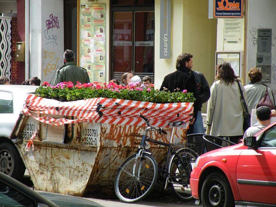 Guerilla Gardening: Ein mit Blumen bepflanzter Container in Berlin brachte Lasse Walter auf die Idee, seine Stadt noch ein bisschen grüner zu machen