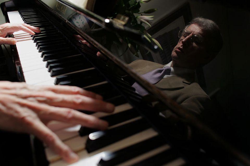 Clive Wearing kann immer noch Klavier spielen. Denn sein Kleinhirn, in dem motorische Fertigkeiten gespeichert sind, wurde nicht verletzt