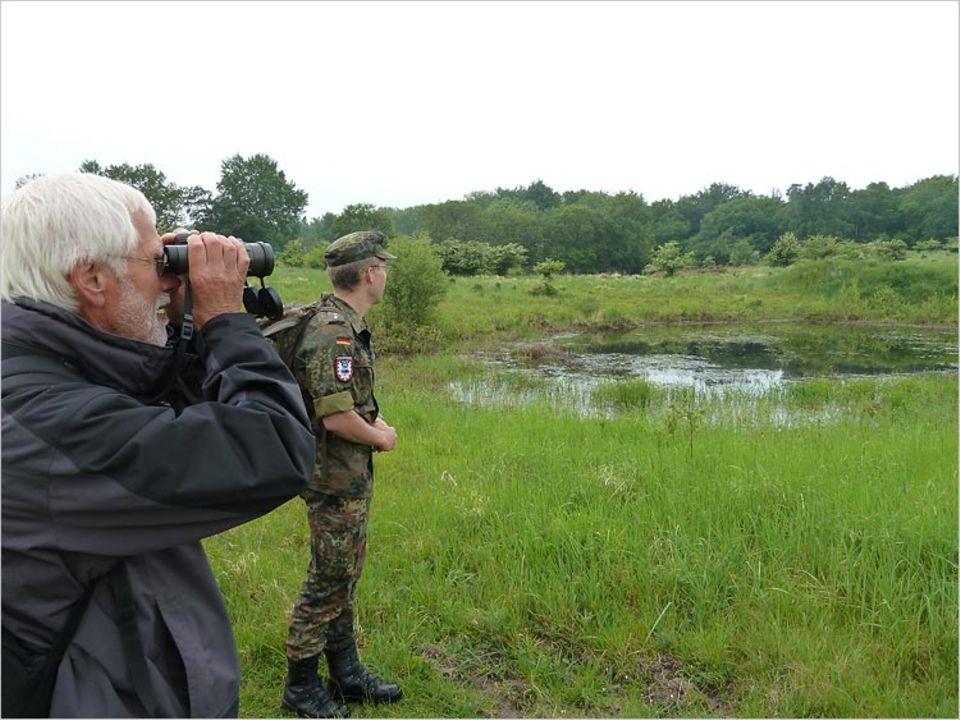 Naturschutz auf Truppenübungsplätzen: Hauptmann Jens Junkersdorf zeigt Wilfried Knief von der Ornithologischen Arbeitsgemeinschaft Schleswig-Holstein und Hamburg die ökologisch wertvolle Seite des Übungsgeländes