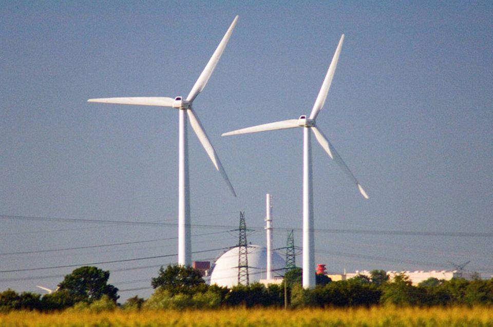 Strombörse: Windkraftanlagen vor dem Kernkraftwerk Brokdorf in Schleswig-Holstein