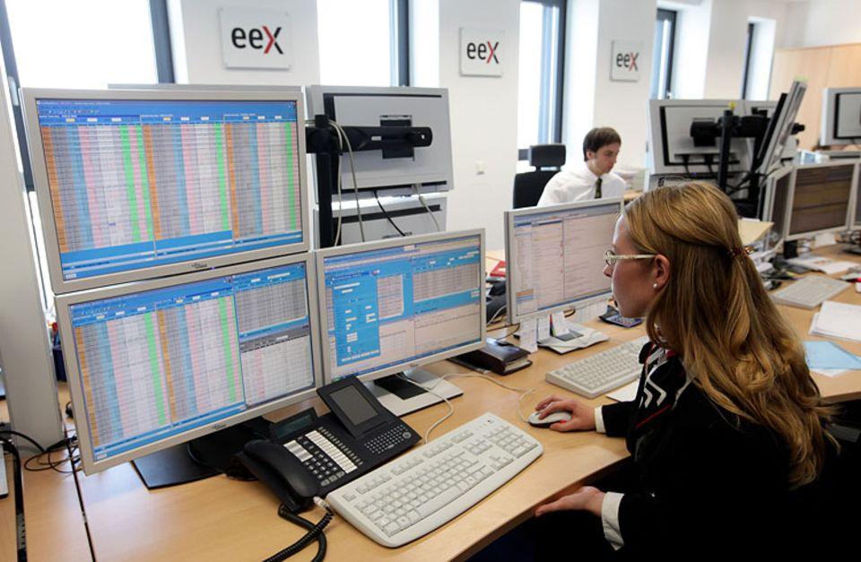 Strombörse: Eine Angestellte der Leipziger Strombörse beobachtet die Preisentwicklung