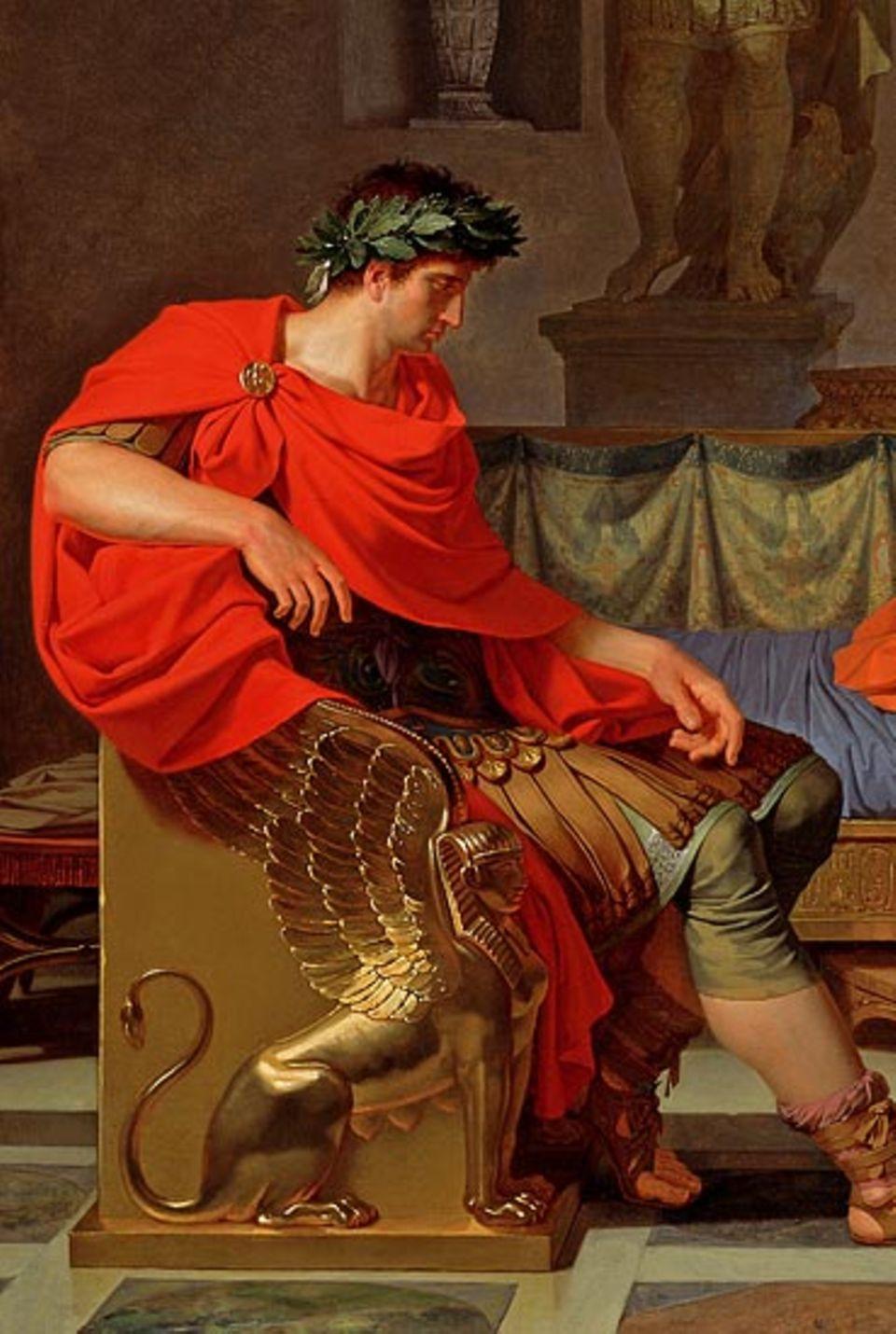 Ein Lorbeerkranz krönt das Haupt Oktavians, das Symbol des glücklichen Siegers. Gut möglich, dass der französische Maler Louis Gauffier, aus dessen Bild der Ausschnitt stammt, damit auf die spätere Kaiserwürde des Augustus anspielt