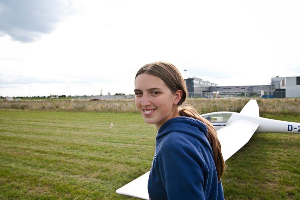 Segelfliegen: Leonie auf dem Flugplatz von Geratshof