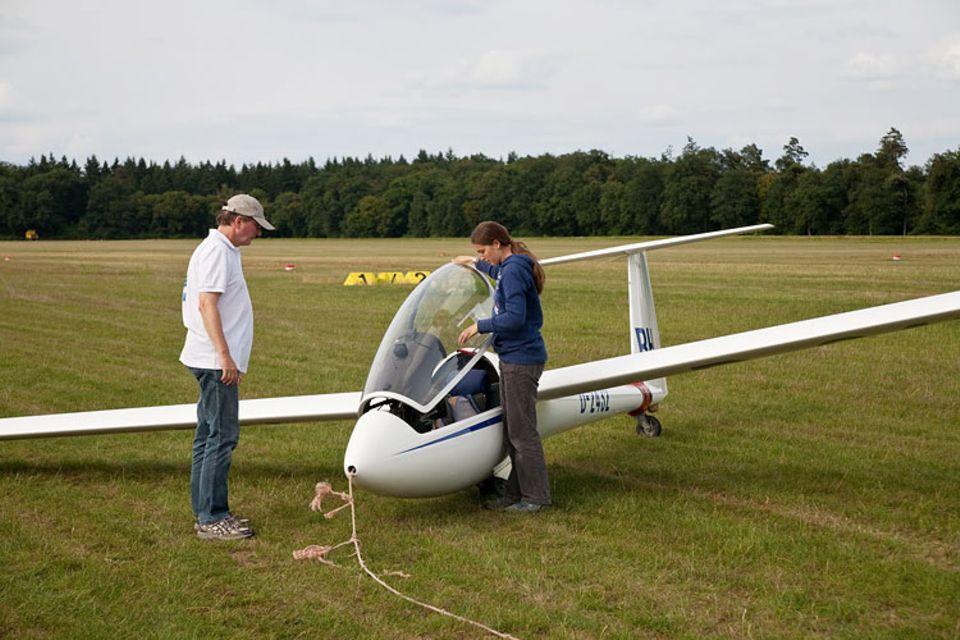 Segelfliegen: Nach der Landung wird das Flugzeug für den Transport fertig gemacht