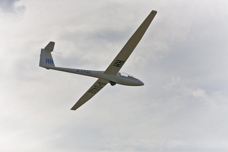 Segelfliegen: Die 14-Jährige beim Landeanflug mit einem einsitzigen LS-1 Segelflugzeug
