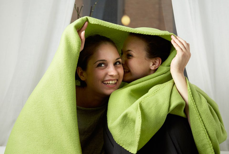 Redewendung: Zwei, die unter einer Decke stecken