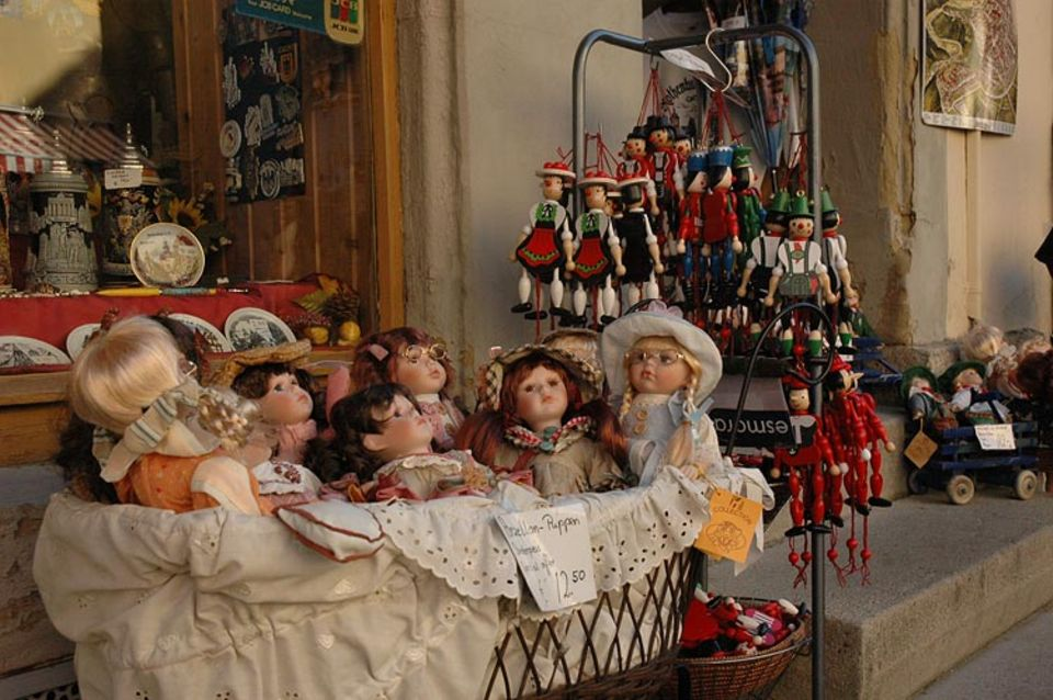 Rothenburg ob der Tauber: Puppen und Holzfigürchen sind beliebte Artikel in den vielen Souvenirgeschäften