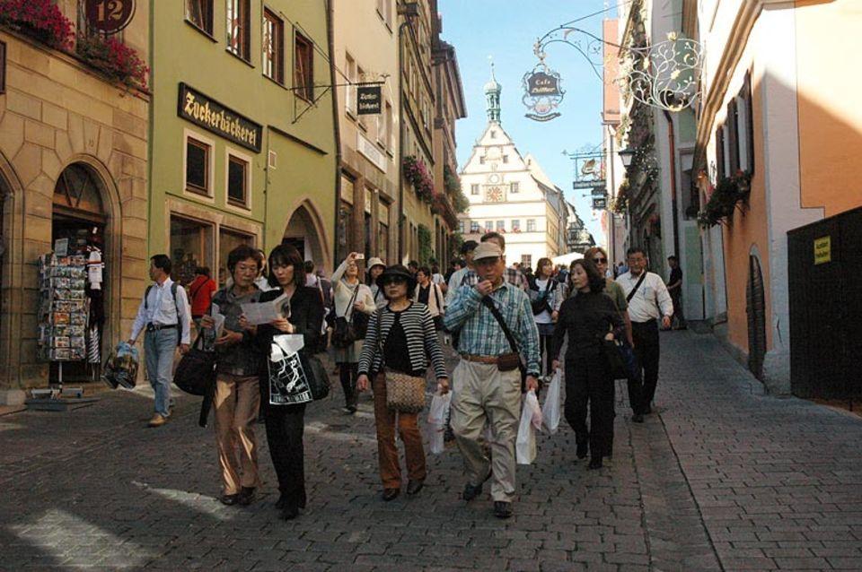 Rothenburg ob der Tauber: Horden asiatischer Touristen drängen sich durch die Gassen Rothenburgs