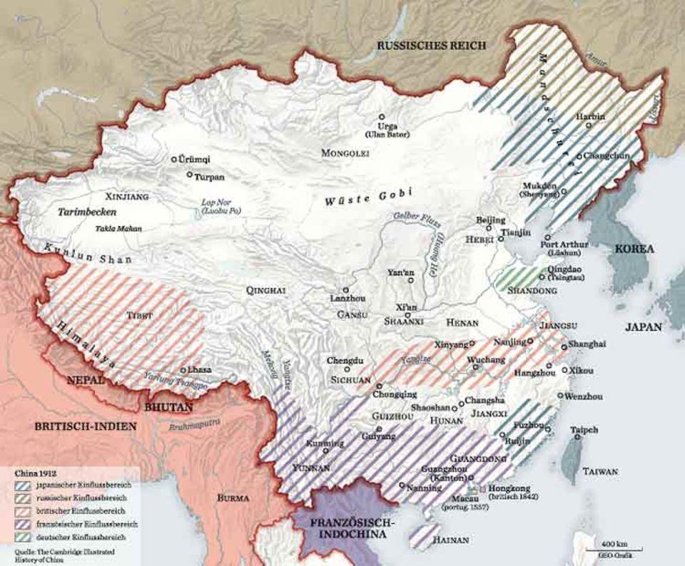 Als der Kaiser abdankt, ist China ein zerstückeltes Land: Etwa ein Drittel des Staatsgebiets steht unter ausländischem Einfluss (schraffiert), vor allem die Küstenregionen, wo sich unter anderem Großbritannien und Deutschland Vertragshäfen und Pachtgebiete gesichert haben