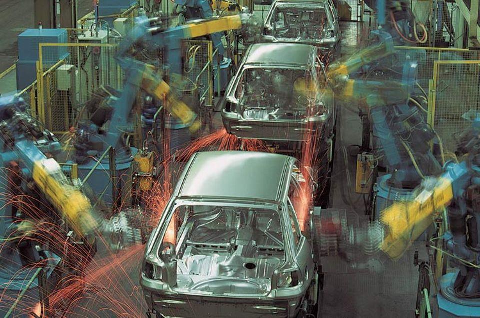 """Postwachstumsökonomie: Während Autobauer noch zweistelligen Wachstumsraten nachtrauern, fordert Niko Paech den """"Rückbau ökologisch desaströser Industrien"""""""