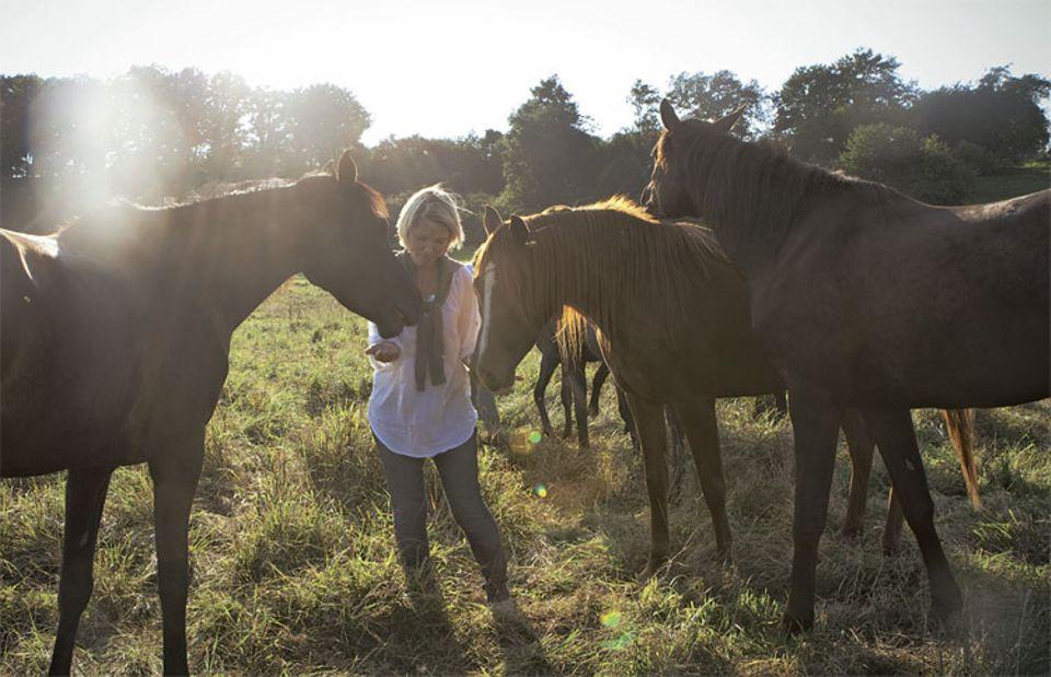 Ein neuer Lebensgefährte, der Umgang mit Pferden, das Leben in einer restaurierten Scheune - all das hat ihr nach dem Klinikaufenthalt Kraft gegeben