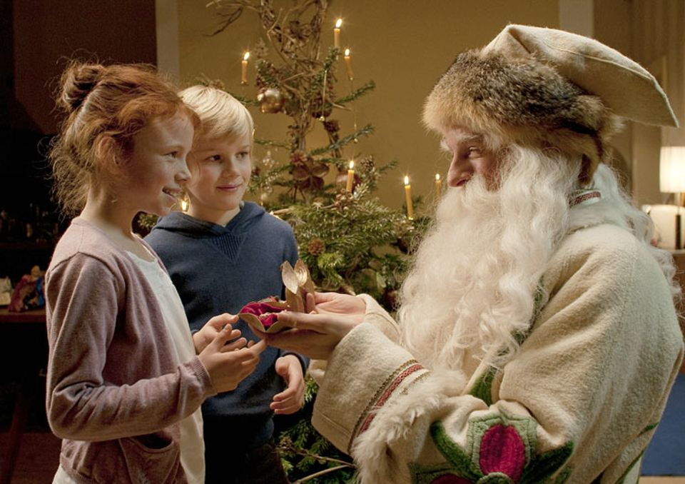 Kinotipp: Charlotte und Ben freuen sich über die Geschenke des Weihnachtsmanns (Alexander Scheer)