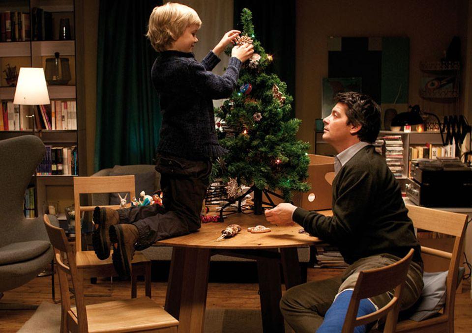 Kinotipp: Ben (Noah Joel Kraus) und Fred (Fritz Karl) schmücken gemeinsam den Weihnachtsbaum