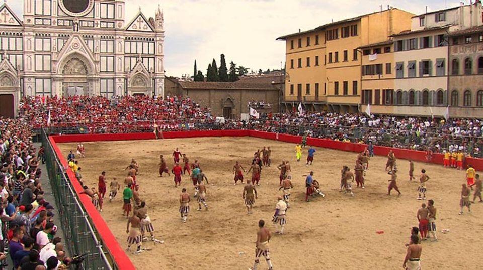 Auf der Piazza Santa Croce versammeln sich jeden Sommer die stärksten und mutigsten Florentiner Männer zum Fußballspielen