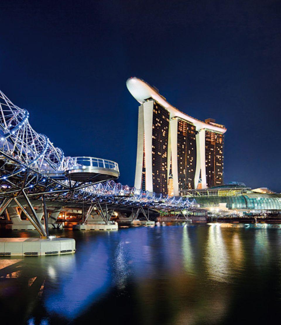 Städtereise: Das Marina Bay Sands Hotel ist von außen ein Blickfang und bietet von innen einen fantastischen Ausblick über die Stadt