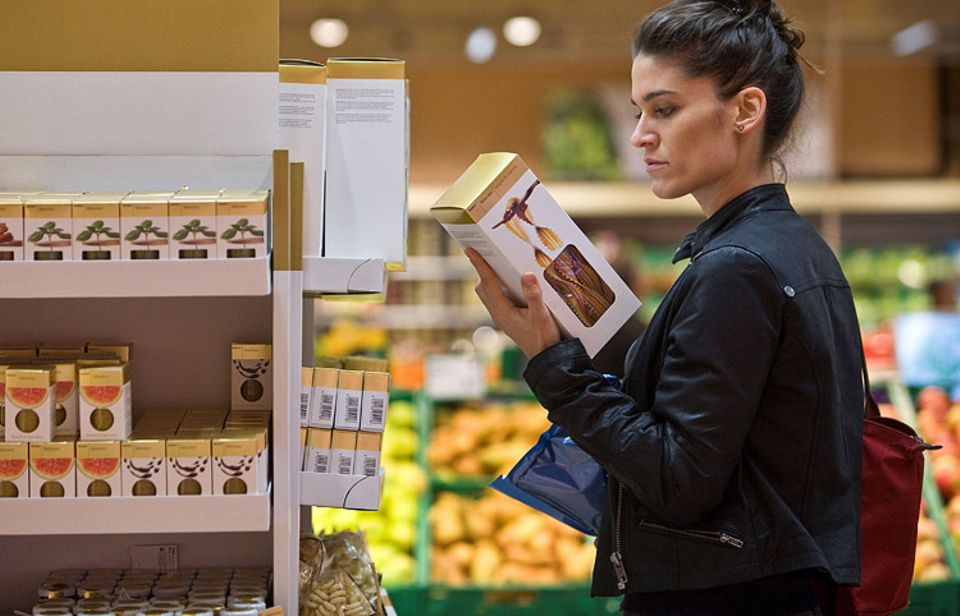 Mineralöl-Rückstände können von Pappverpackungen auf lose Lebensmittel übergehen - je länger die Lagerung dauert, desto mehr. Die Verbraucherzentrale Hamburg rät darum, auf das Mindesthaltbarkeitsdatum zu achten und nach dem Kauf umzufüllen