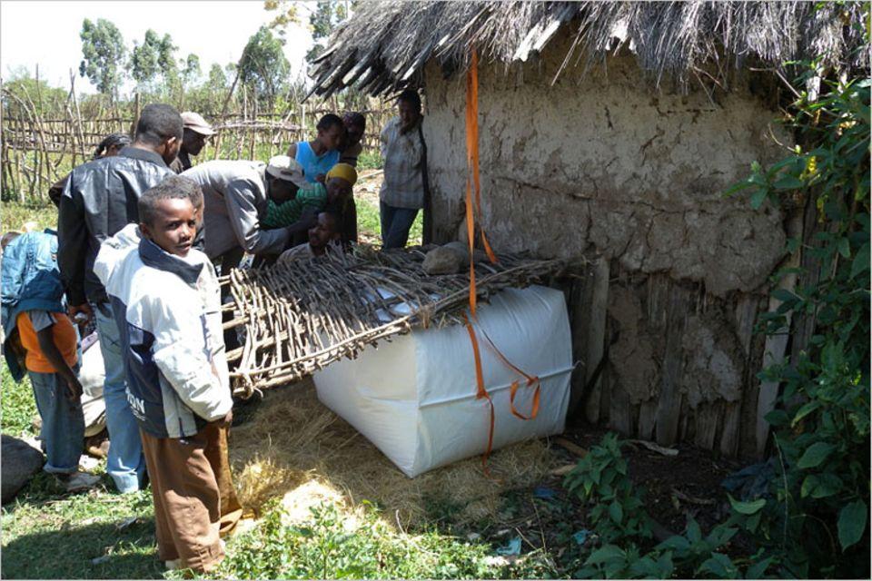 Biogas: Störungsunanfällig: Für den nötigen Druck auf der Gasleitung sorgen Holz und Steine