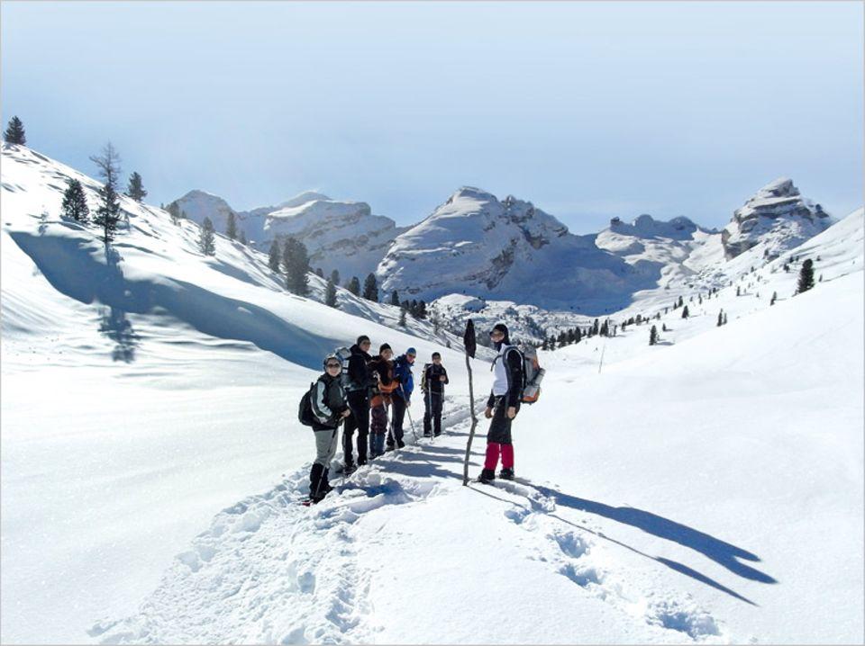 Wintersport: Bergarbeiterinnen: Zwischen Furcia Rossa (mi.) und Ciampestrin (ganz re.) führt der Weg zum Monte Castello