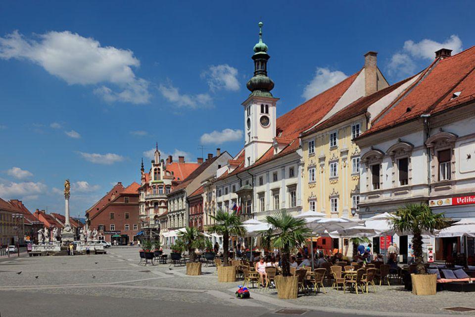 Städtereise: Als Kulturhauptstadt 2012 hat sich Maribor herausgeputzt. Hier der Hauptplatz Glavni trg mit dem Rathaus und Straßencafés