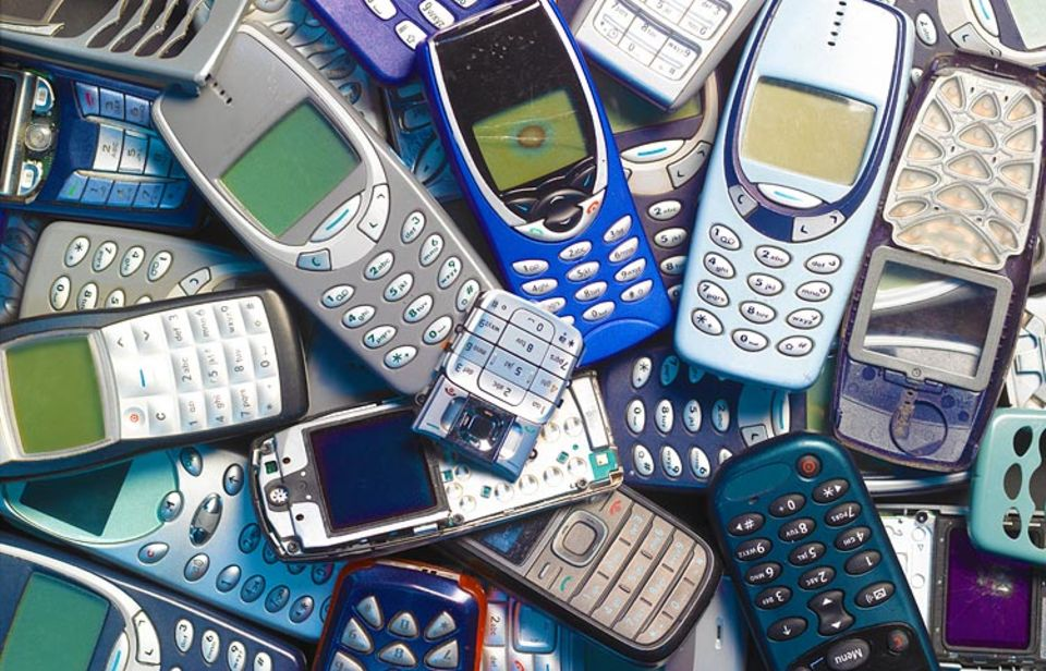 Ressourceneffizienz: Wohlstandsmüll: In weggeworfenen Handys befinden sich wertvolle Rohstoffe - zum Beispiel Gold