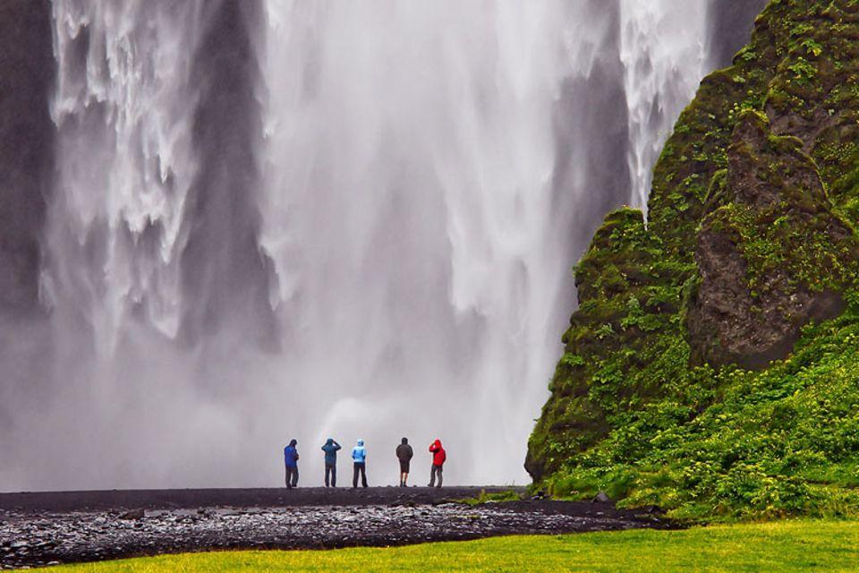 GEO-Leser Frank Giess aus Grebenau wollte schon enttäuscht Kamera und Stativ einpacken, als es beim Besuch des Skóga-Wasserfalls während einer sommerlichen Rundreise durch Island plötzlich anfing zu regnen. Dann drückte er doch noch auf den Auslöser und machte diese Aufnahme, durch die er zum Gewinner des GEO.de-Wettbewerbs im Februar wurde