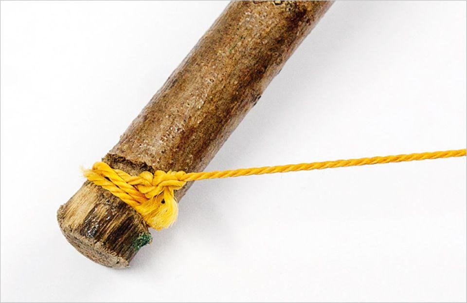 Bogen bauen: Die Schnur wird an das Ende des Bogens geknotet