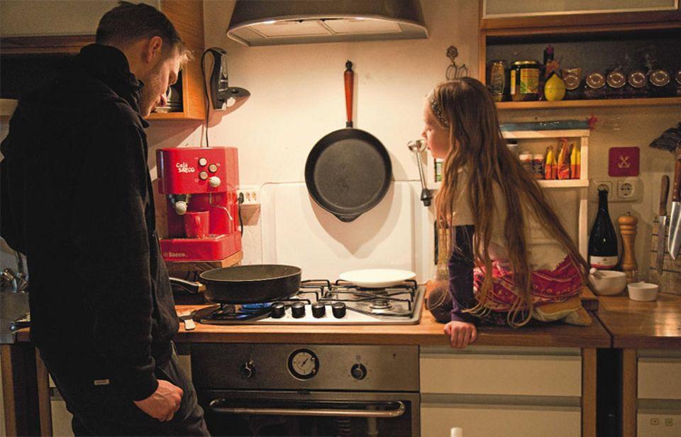 Das gemeinsame Kochen gehört – wie auch das Einkaufen und die Mahlzeiten am Familientisch – zu den grundlegenden kulinarischen Aktivitäten, die Eltern ihren Kindern vorleben sollten