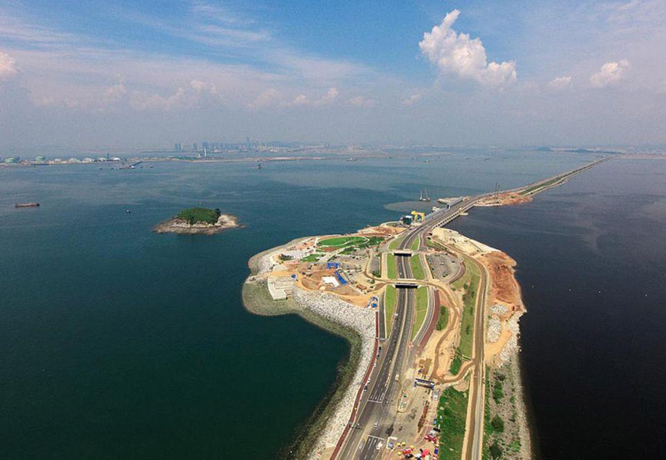 Gezeitenkraftwerk: Das Sihwa-Gezeitenkraftwerk wurde nachträglich in einen künstlichen, rund 13 Kilometer langen Damm gebaut